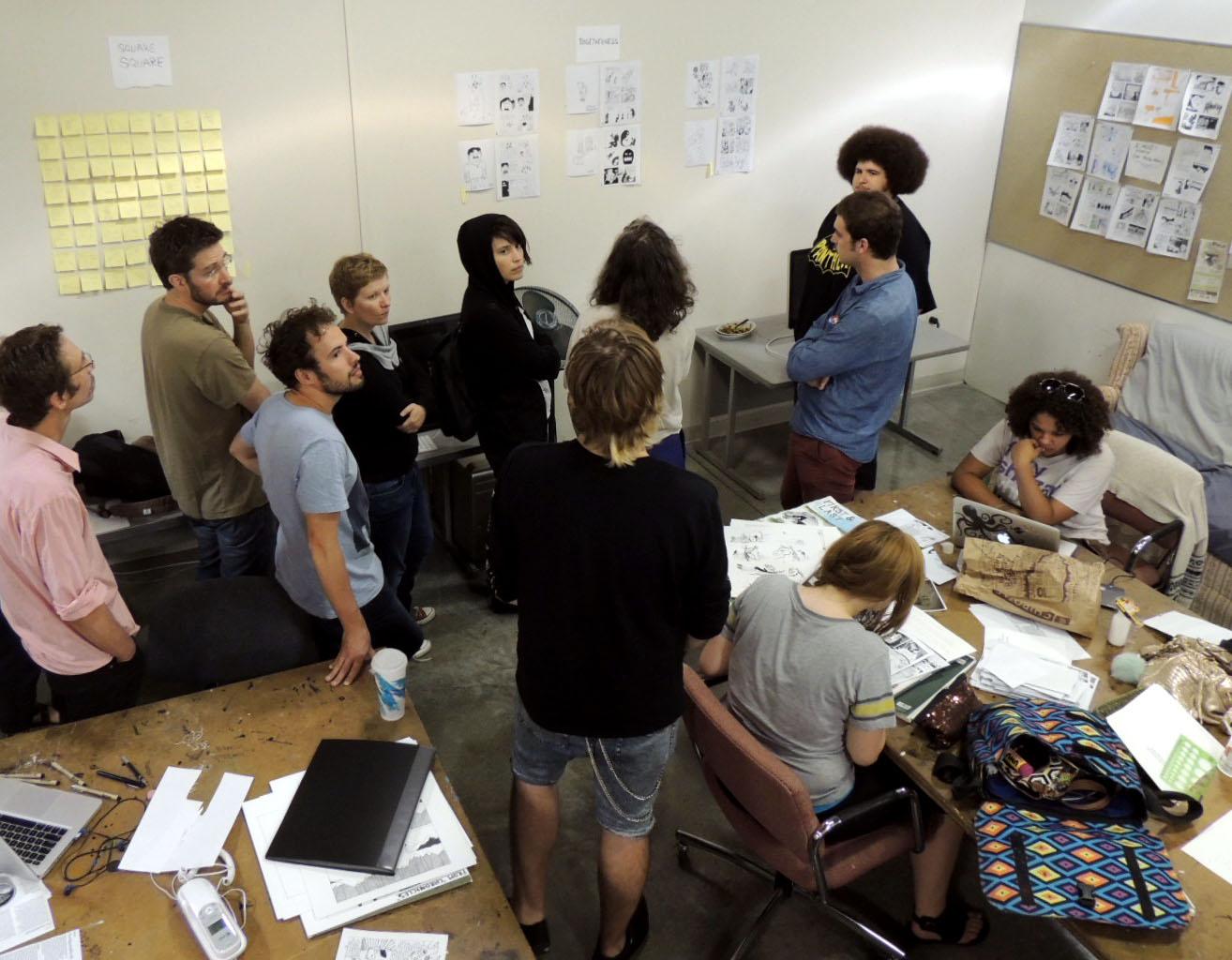 Les auteurs en salle de travail des étudiants de MCAD.