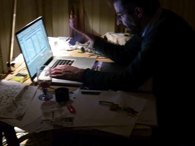 Spéléographies 2016: Seb Lumineau veille tard pour boucler l'une des publications.